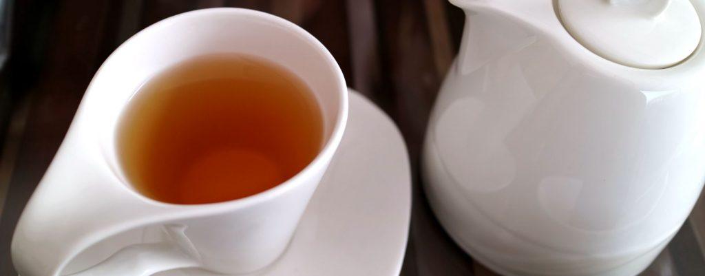 zwarte thee pot en kopje